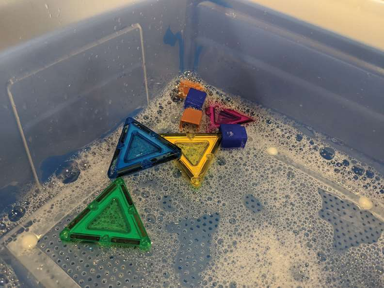 Cleaning tub with mesh bottom (cleaning toys)